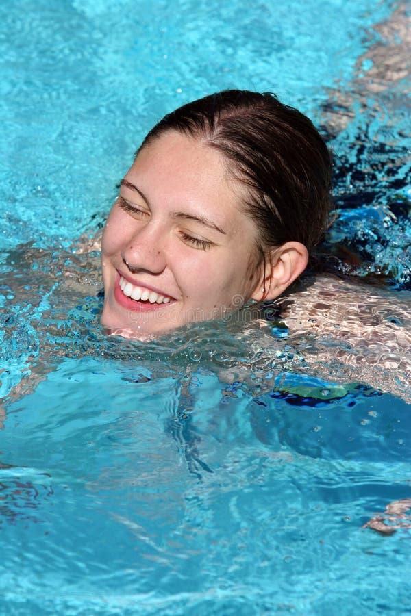 Glückliches Mädchen in einem Pool lizenzfreie stockfotos