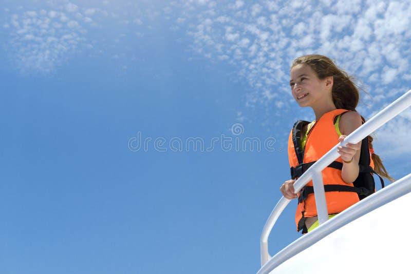 Glückliches Mädchen Enjoing eine Yacht-Seereise lizenzfreies stockbild