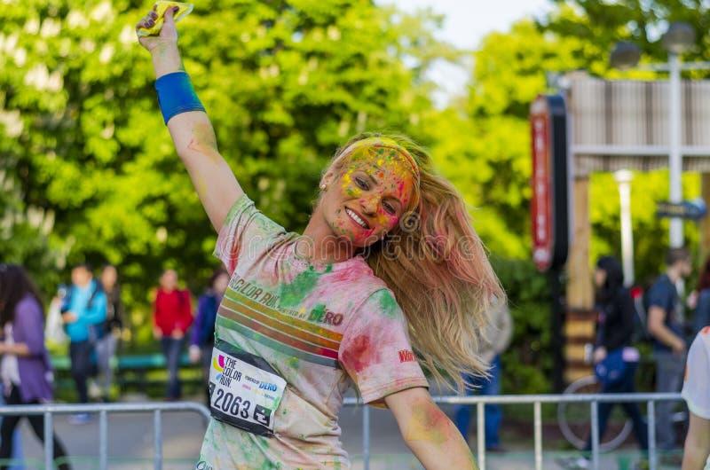 Glückliches Mädchen gemalt mit farbigem Pulver stockfoto
