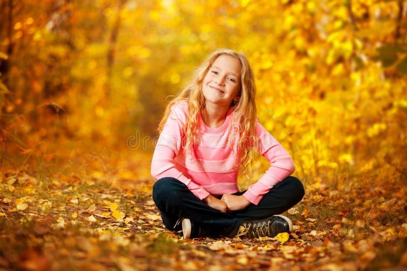 Glückliches Mädchen am Herbst stockbild