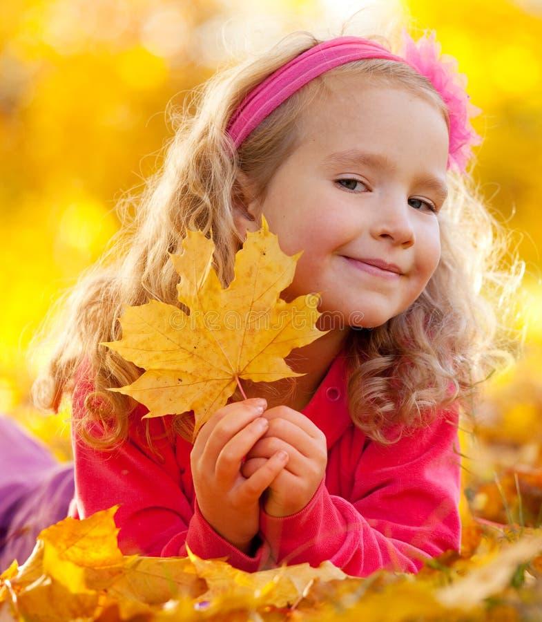 Glückliches Mädchen im Herbstpark lizenzfreie stockfotos