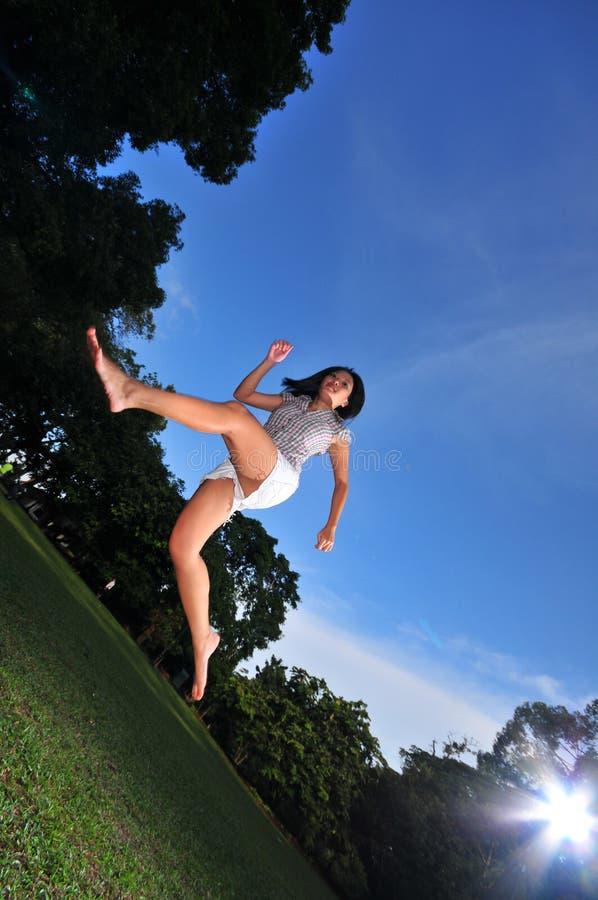 Glückliches Mädchen im Park 5 stockbild