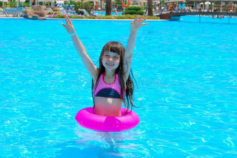 Glückliches Mädchen im Pool lizenzfreies stockfoto