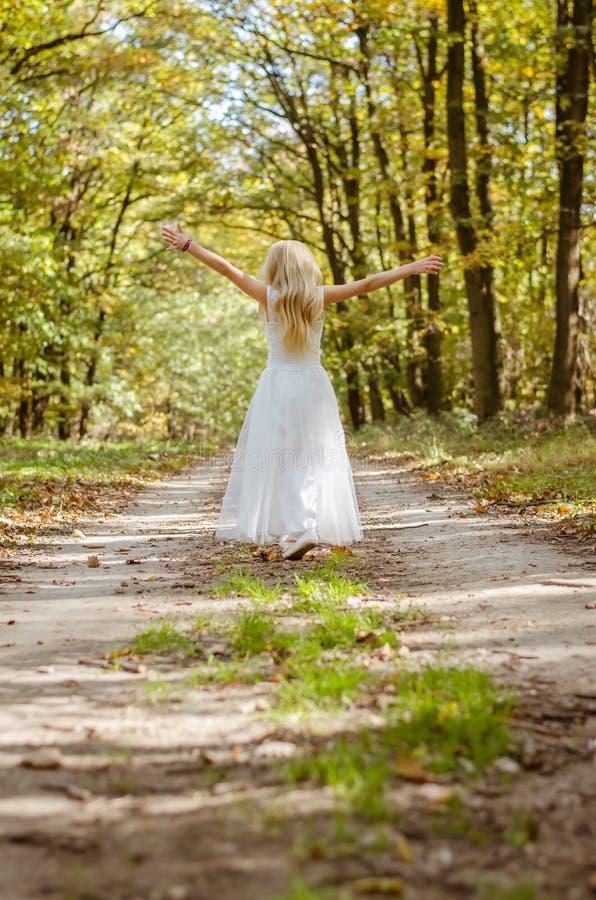 Glückliches Mädchen im romantischen Wald lizenzfreie stockfotos