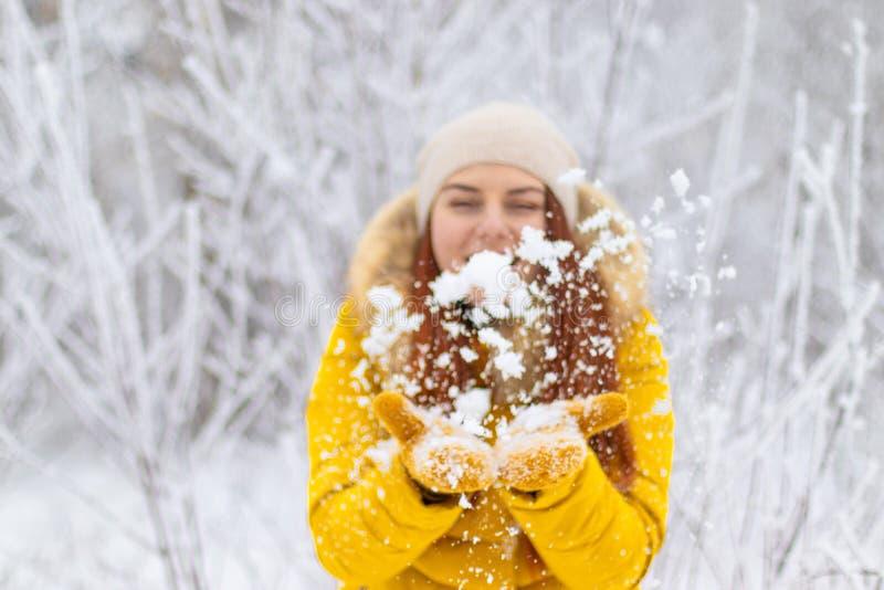 Glückliches Mädchen im Winter kleidet den Schlag auf Palmen stockbilder