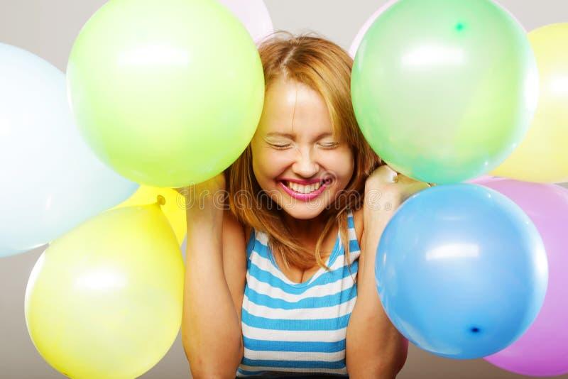 Glückliches Mädchen mit Ballonen stockbild
