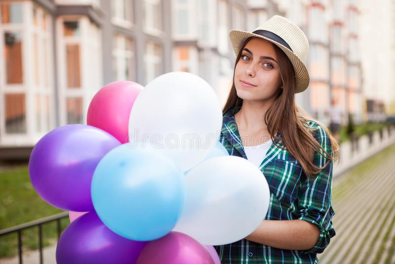 Glückliches Mädchen mit Ballonen draußen lizenzfreie stockbilder