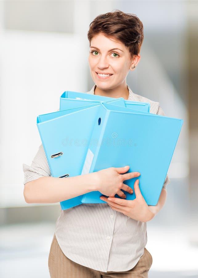 glückliches Mädchen mit blauen Ordnern für Dokumente lizenzfreies stockfoto