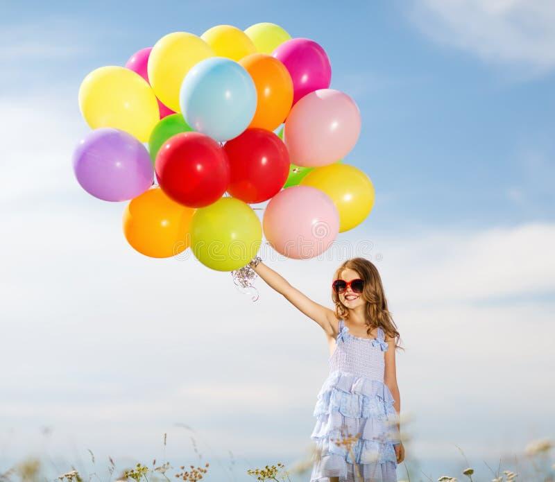 Glückliches Mädchen mit bunten Ballonen stockfotografie