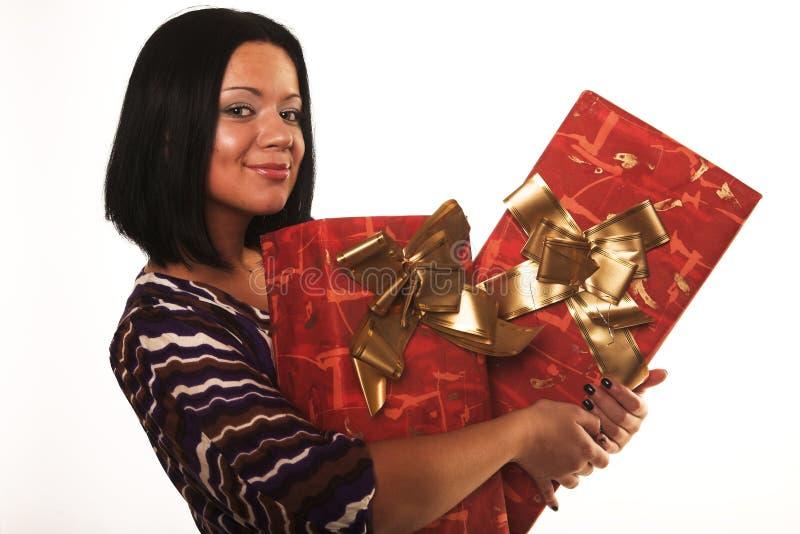 glückliches Mädchen mit einem Geschenk stockfotografie