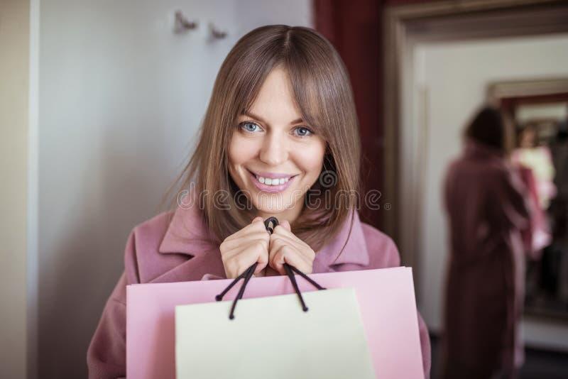 Glückliches Mädchen mit Einkaufenbeuteln stockbilder