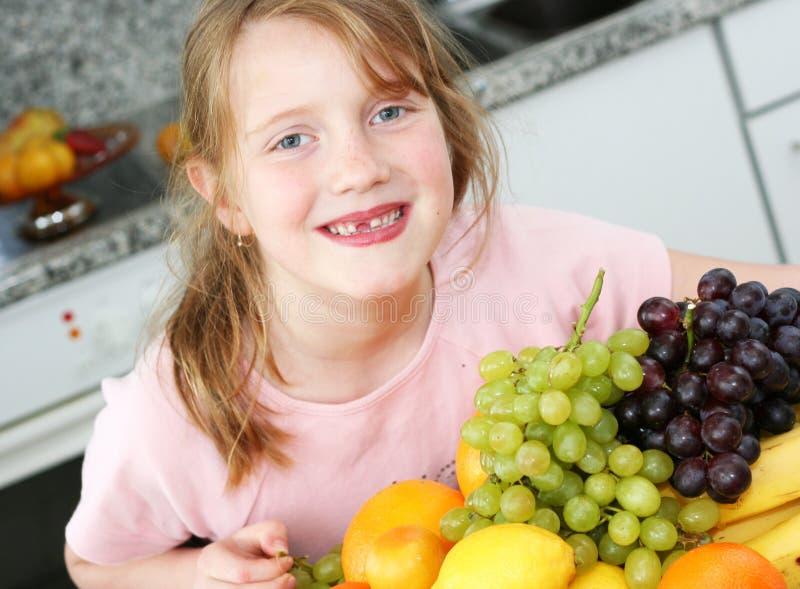 Glückliches Mädchen mit Früchten stockfotografie