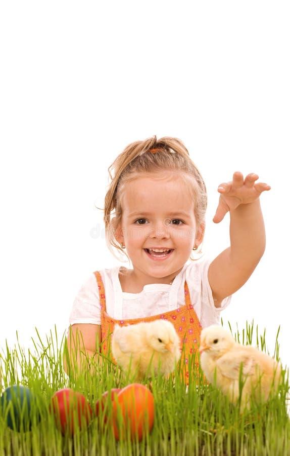 Glückliches Mädchen mit Frühlingsküken und Ostereiern lizenzfreie stockfotografie