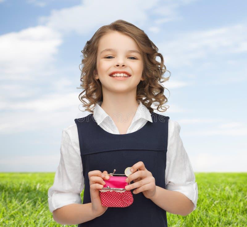 Glückliches Mädchen mit Geldbeutel und Euromünzgeld stockfotos