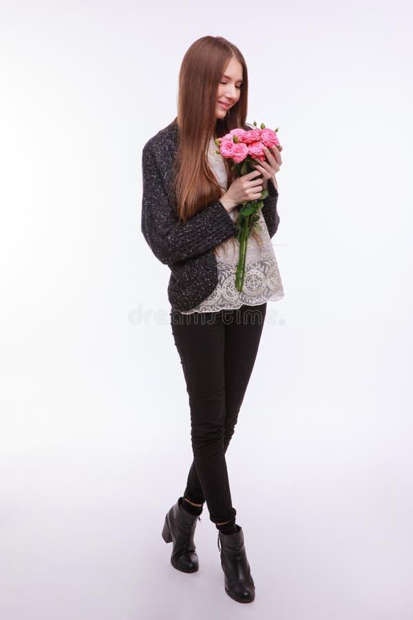 Glückliches Mädchen mit großem Blumenstrauß von rosa Rosen stockfoto