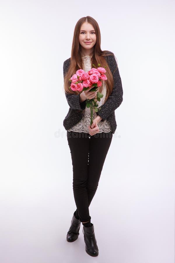 Glückliches Mädchen mit großem Blumenstrauß von rosa Rosen stockfotos