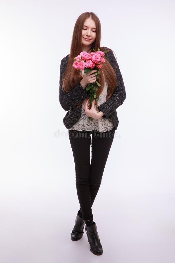 Glückliches Mädchen mit großem Blumenstrauß von rosa Rosen stockbild