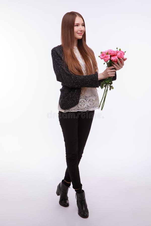 Glückliches Mädchen mit großem Blumenstrauß von rosa Rosen Mädchen, das Blumen hält lizenzfreies stockfoto