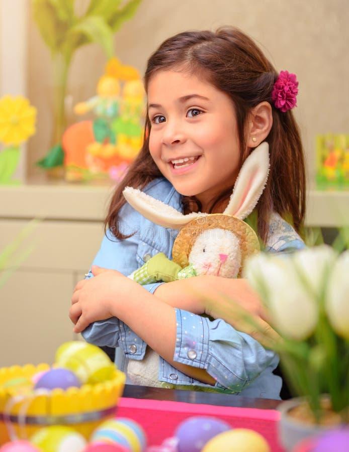 Glückliches Mädchen mit Häschenspielzeug stockfotos