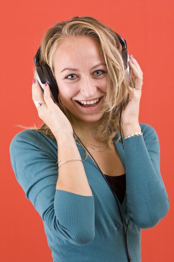 Glückliches Mädchen mit Kopfhörern lizenzfreie stockfotografie