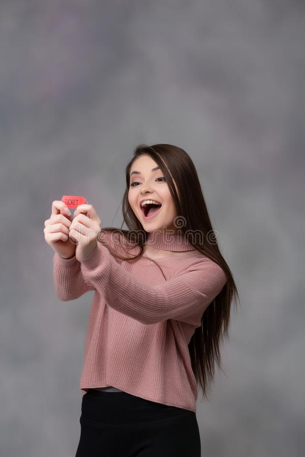 Glückliches Mädchen mit Lotterie-Karte stockfotos