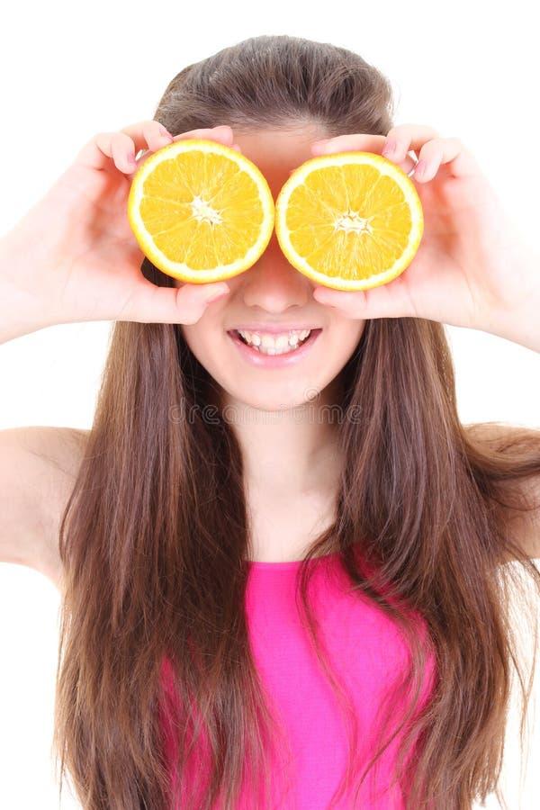 Glückliches Mädchen mit Orangen anstatt ihre Augen stockfotos