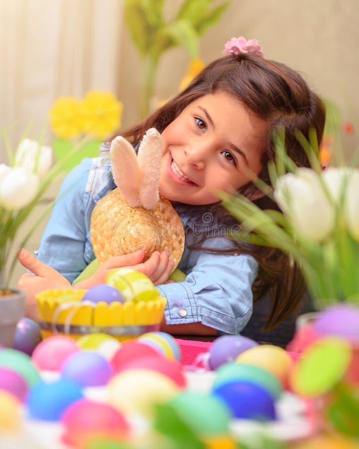 Glückliches Mädchen mit Osterhasenspielzeug lizenzfreies stockbild