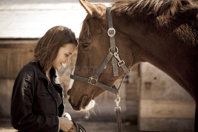 Glückliches Mädchen mit Pferd stockfoto