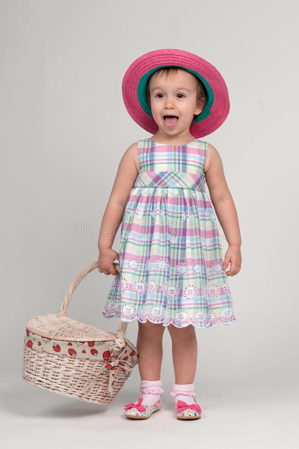 Glückliches Mädchen mit Picknickkorb stockfoto