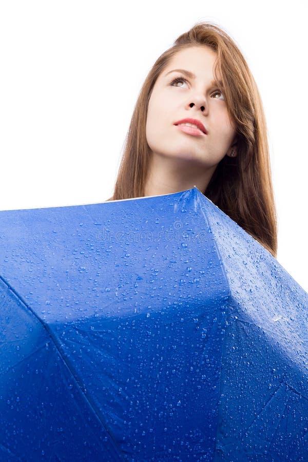 Glückliches Mädchen mit Regenschirm lizenzfreie stockbilder