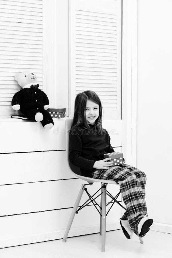 Glückliches Mädchen mit roter Geschenkbox und Teddybären lizenzfreies stockfoto