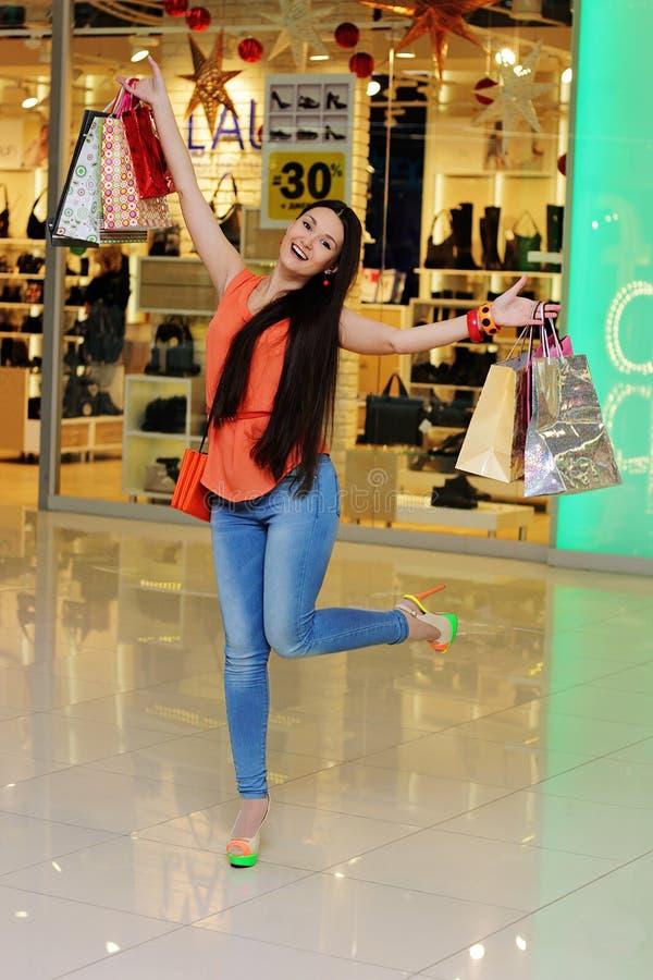 Glückliches Mädchen nach dem Einkauf stockbild