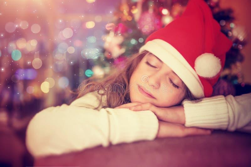 Glückliches Mädchen nahe Weihnachtsbaum lizenzfreie stockbilder