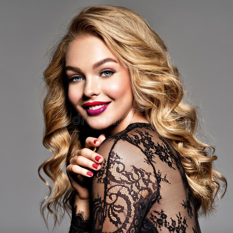 Glückliches Mädchen Nette junge kaukasische Frau lizenzfreie stockfotos