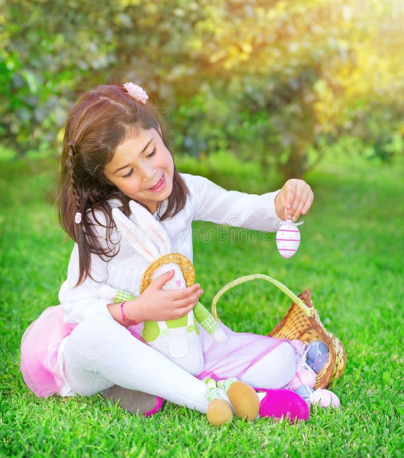 Glückliches Mädchen in Ostern-Feiertag stockbilder