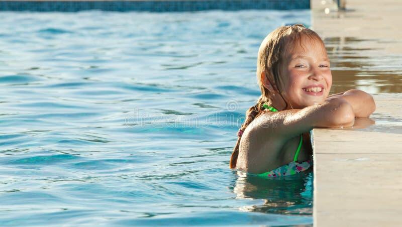 Glückliches Mädchen am Pool stockfoto