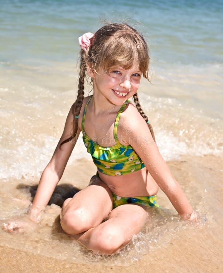 Glückliches Mädchen am Seestrand. stockbild