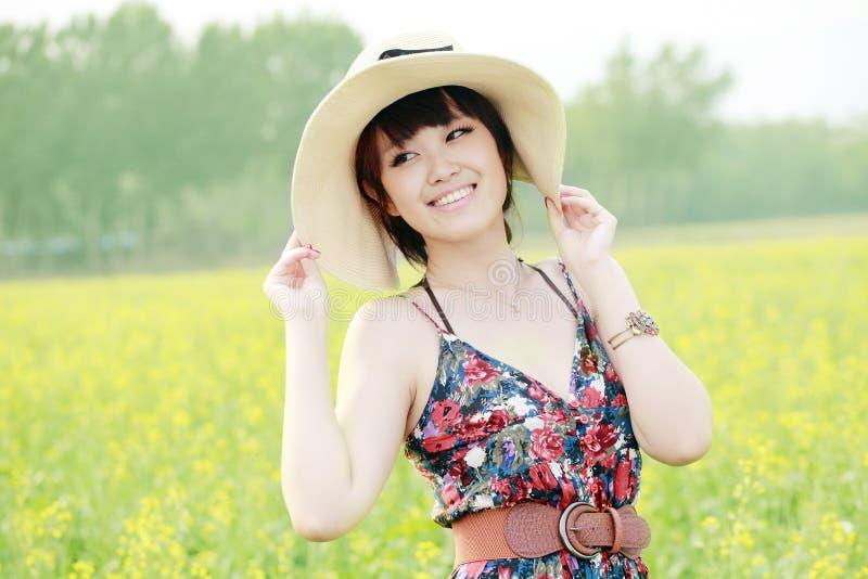 Glückliches Mädchen am Sommer stockfotos