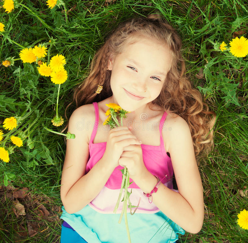 Glückliches Mädchen am Sommer stockbilder