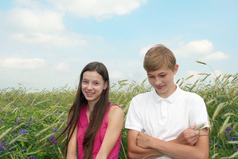 Glückliches Mädchen und Junge stockfotos