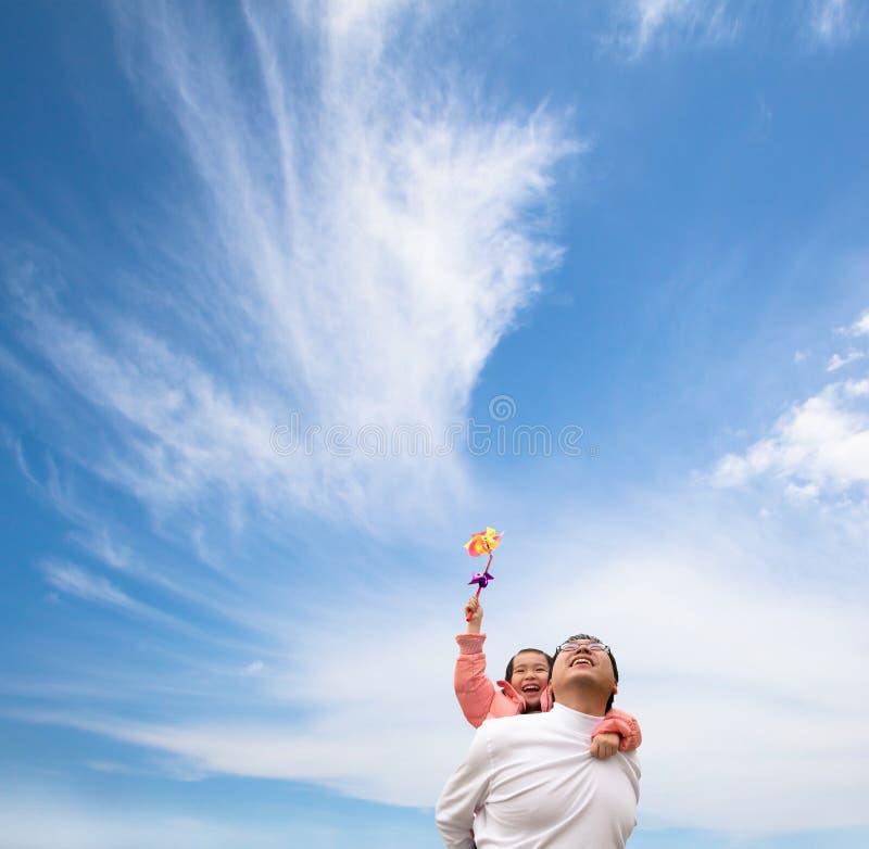 Glückliches Mädchen und Vater mit Wolke stockfotografie