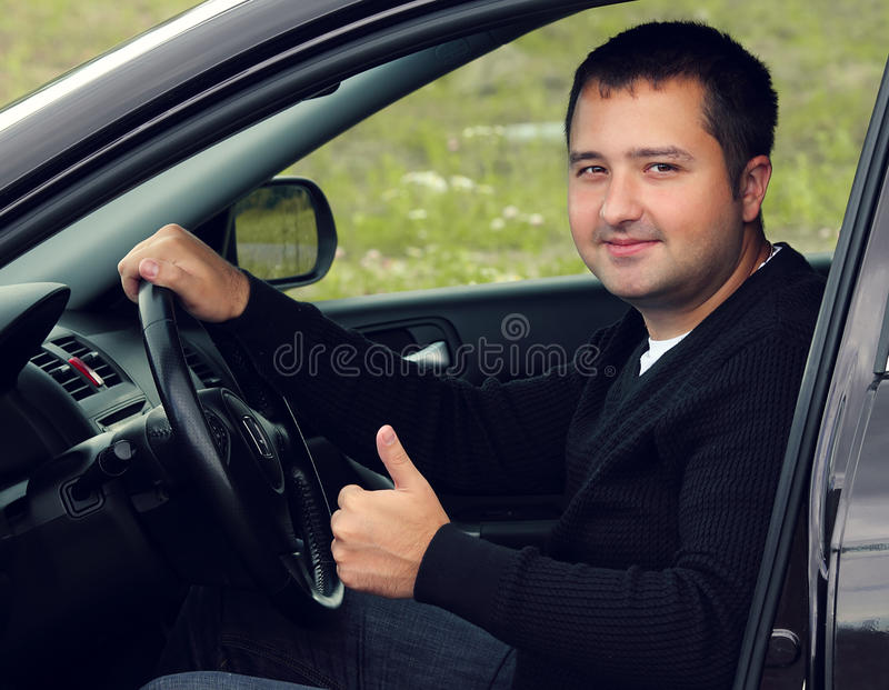 Glückliches Mannautofahren stockfotos