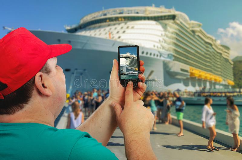 Glückliches Mannschießenkreuzschiff stockfotos