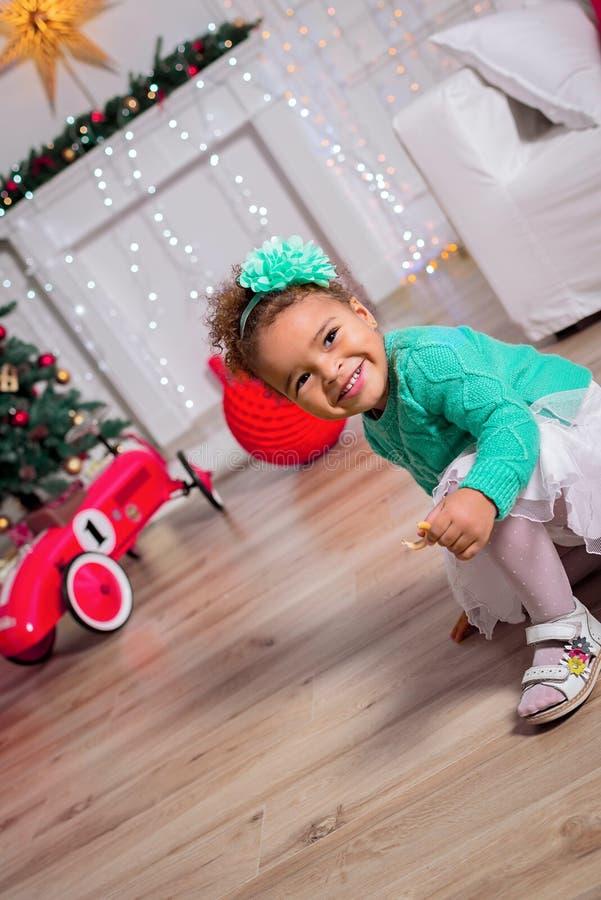 Glückliches Mischrasse-Kleinkind-Mädchen undaer der Weihnachtsbaum lizenzfreies stockfoto