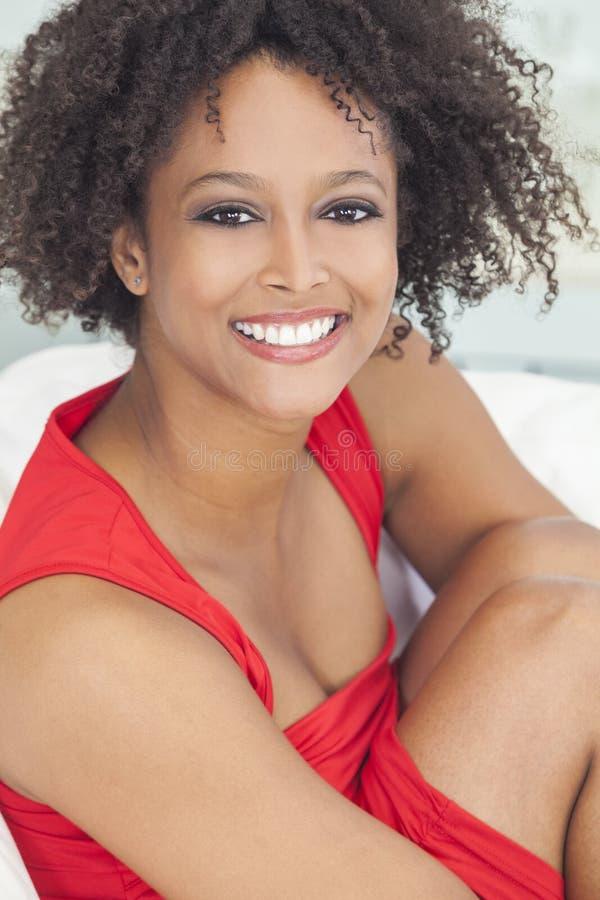 Glückliches Mischrennen-Afroamerikaner-Mädchen lizenzfreies stockfoto