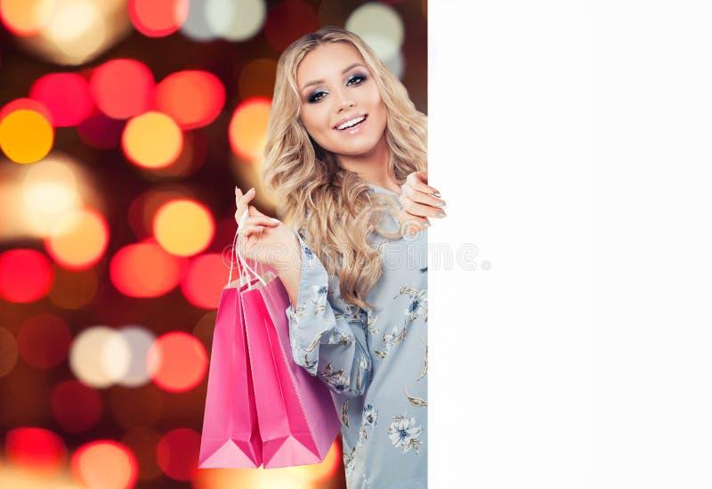 Glückliches Mode-Modell-Mädchen mit Einkaufstasche und leerem Karton lizenzfreies stockbild