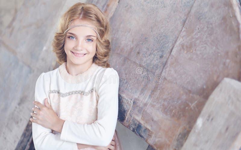 Glückliches Modell des kleinen Mädchens mit dem reizend Lächeln, das in einem Studio aufwirft lizenzfreies stockfoto