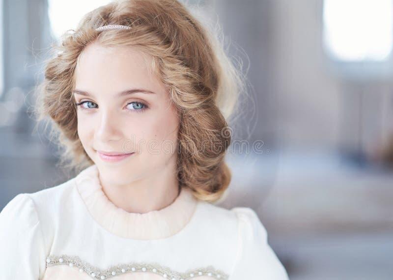 Glückliches Modell des kleinen Mädchens mit dem reizend Lächeln, das in einem Studio aufwirft lizenzfreie stockfotos