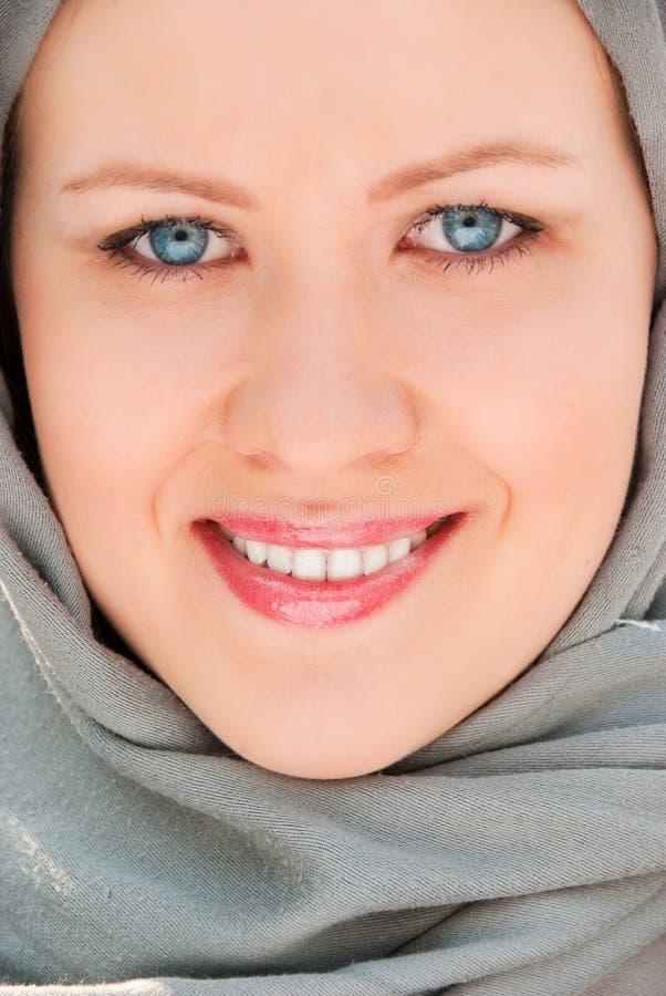 Glückliches moslemisches Frauennahaufnahmeportrait lizenzfreies stockbild