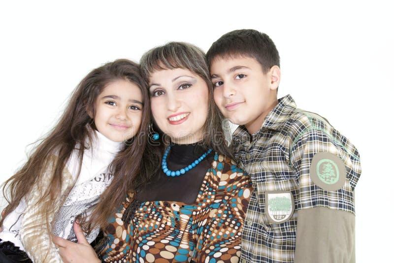 Glückliches mothern mit zwei Kindern lizenzfreie stockbilder
